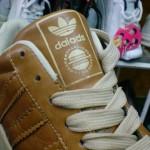 Cười bể bụng với những đôi giày thể thao nhái của Trung Quốc